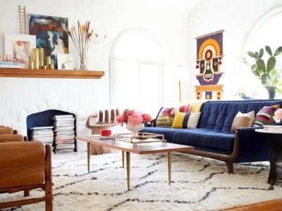 这是在不破坏客厅的情况下实现丰富多彩的沙发趋势的最佳方法